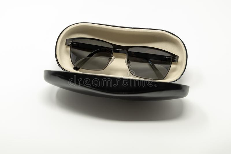 Una caja de vidrios abierta, conteniendo un par de gafas de sol fotografía de archivo