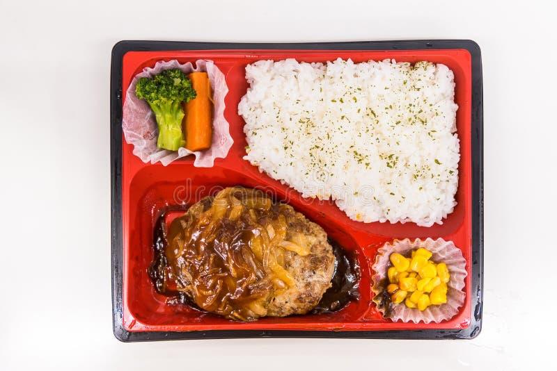 Una caja japonesa de Bento con arroz, verduras y pollo teriyaki Cajas de Bento en tiendas de conveniencia y tren Japonés para imagenes de archivo