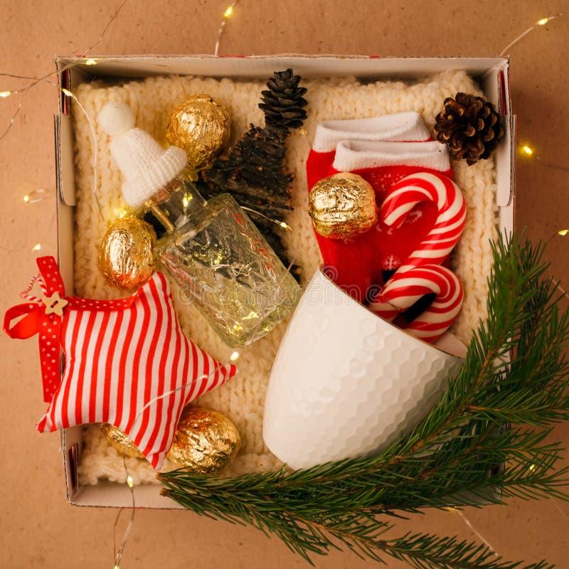 Una caja personalizada con los regalos para la Navidad y Año Nuevo, un sistema de cosas lindas, dulces tradicionales y decoración fotos de archivo
