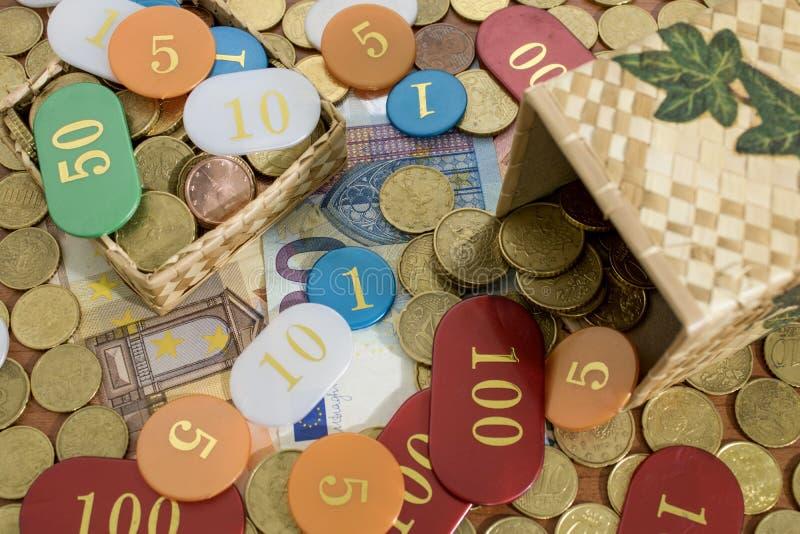 Una caja por completo de monedas y de microprocesadores euro del casino imagen de archivo libre de regalías