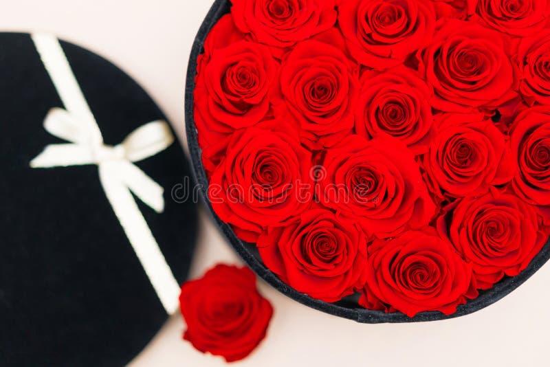 Una caja por completo de rosas fotos de archivo