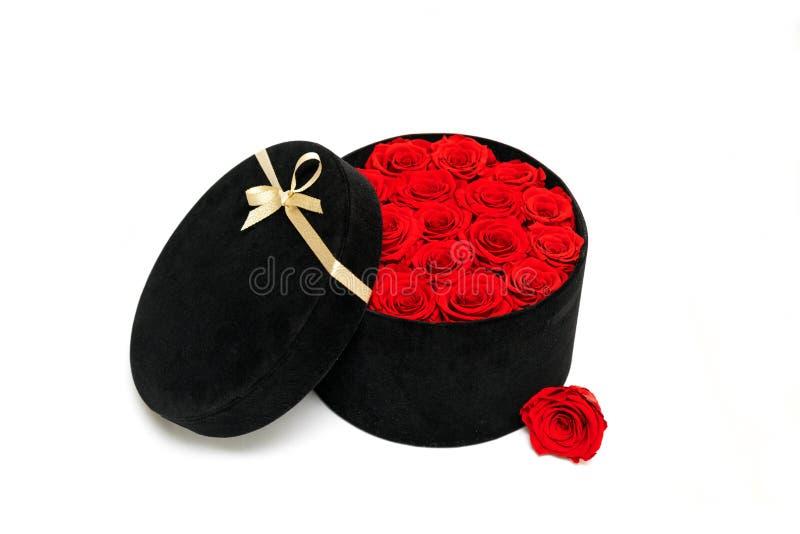 Una caja por completo de rosas fotos de archivo libres de regalías