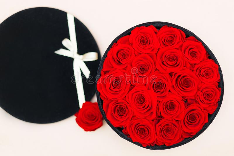 Una caja por completo de rosas foto de archivo