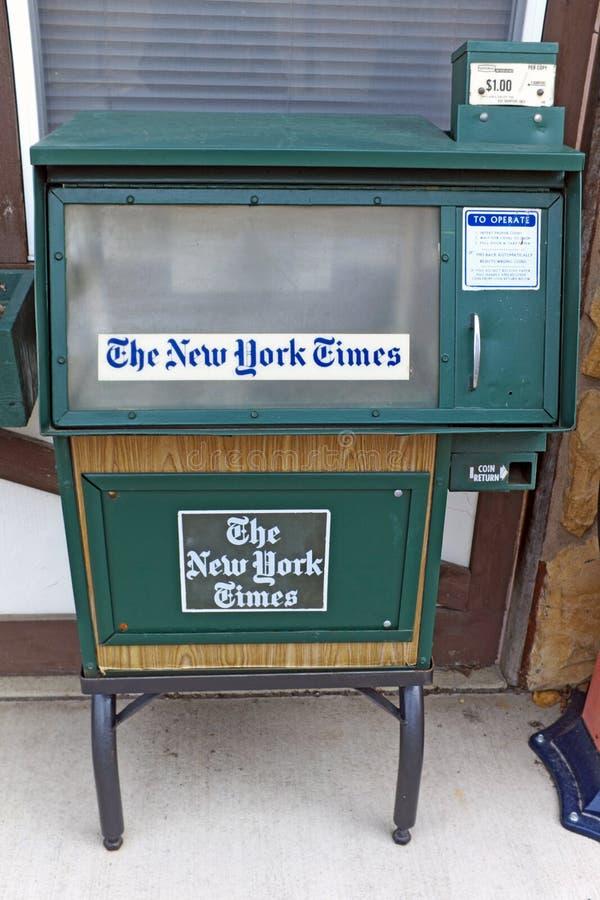 Una caja vacía del periódico de The New York Times en Sugarcreek, Ohio, los E.E.U.U. fotos de archivo libres de regalías