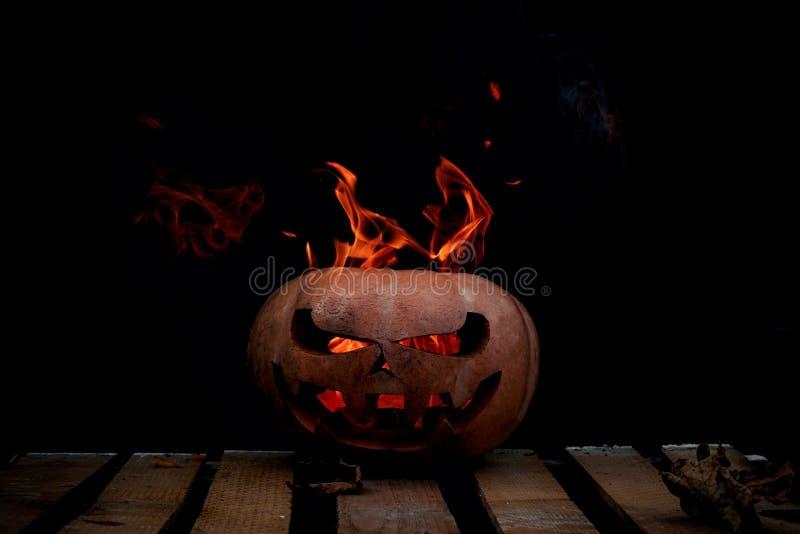 Download Una Calabaza Peligrosa Muy Peligrosa De Halloween, Con Una Mirada Severa Imagen de archivo - Imagen de otoño, decoración: 100534571