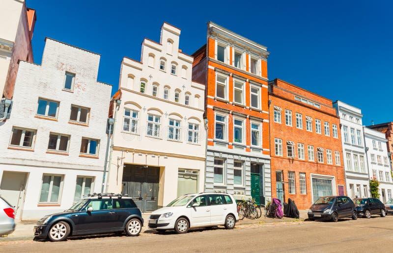 Una calle de una ciudad alemana vieja Modernos aparcamiento cerca de una fila de diversos edificios históricos Lubeck, Alemania fotos de archivo