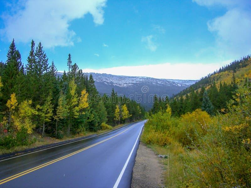 una calle delante de las montañas rocosas imágenes de archivo libres de regalías