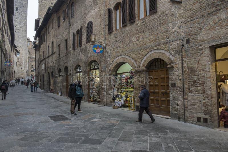 Una calle en el centro de ciudad de San Gimignano, Italia fotografía de archivo libre de regalías