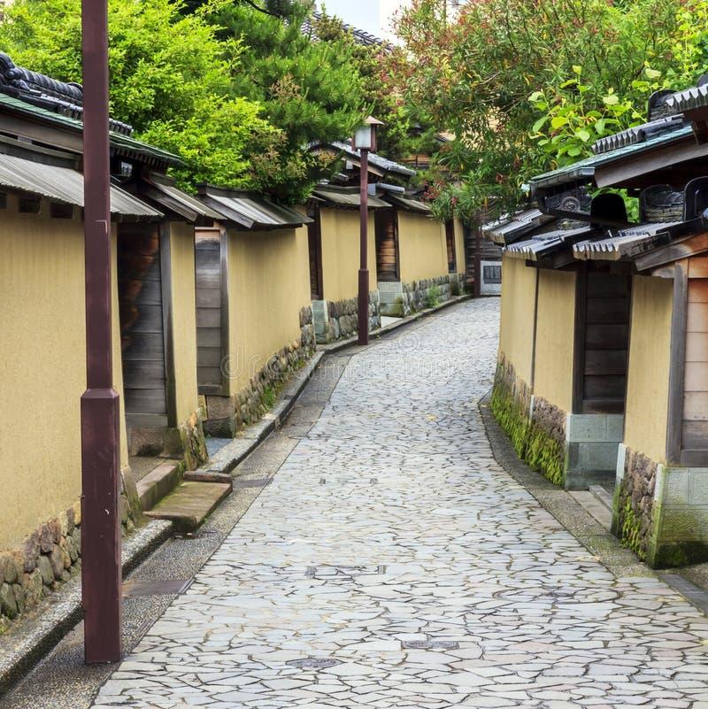 Una calle en el viejo cuarto del samurai en Kanazawa, Japón imagenes de archivo