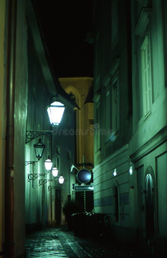 Una calle en Graz por noche imágenes de archivo libres de regalías
