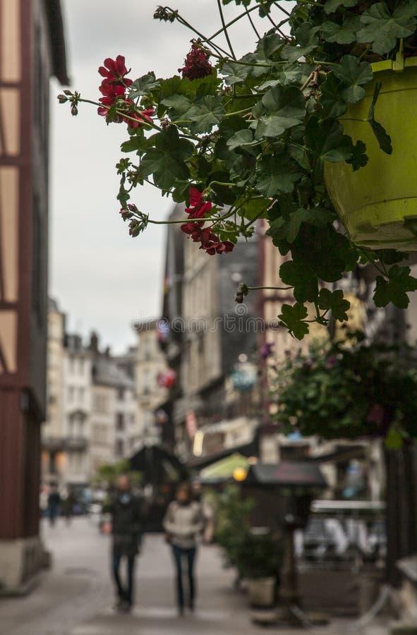 Una calle en Ruán, Francia - flores imagen de archivo