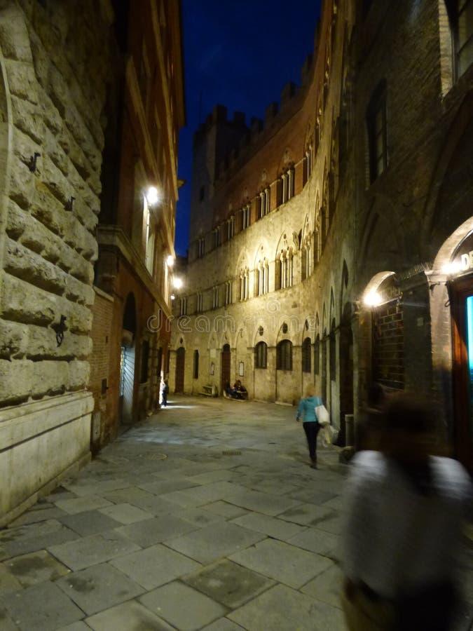 Una calle en Siena de Toscana Italia en la noche imagenes de archivo