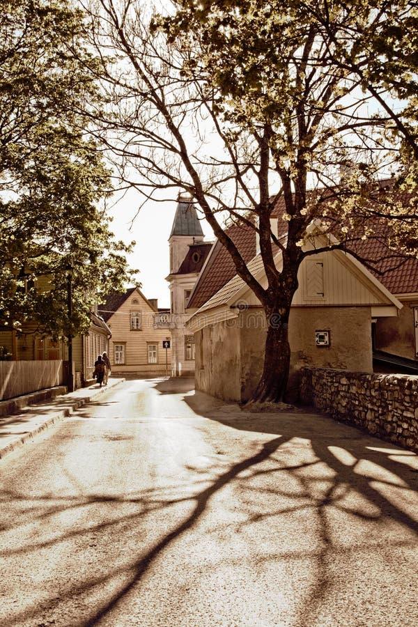 Una calle en una pequeña ciudad foto de archivo
