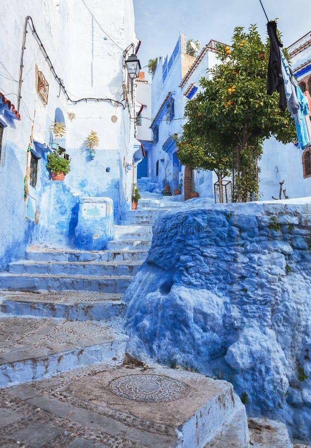 Una calle estrecha en el Medina, Chefchaouen, Marruecos fotos de archivo libres de regalías