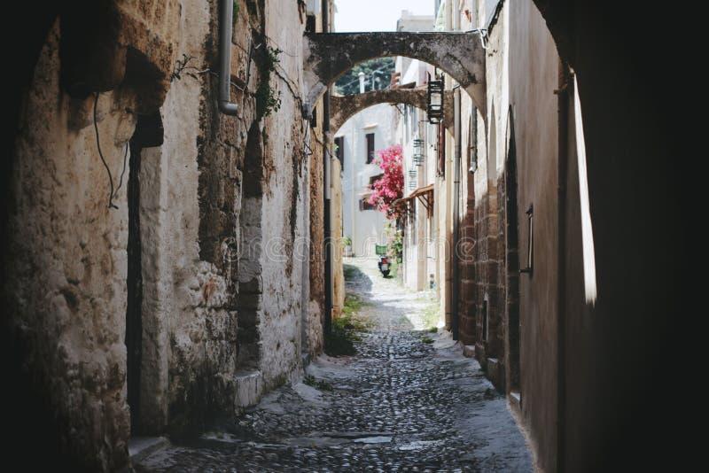 Una calle estrecha en Rodas imágenes de archivo libres de regalías