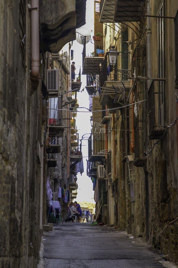Una calle estrecha y abandonada vieja en el distrito histórico céntrico viejo de Palermo, Sicilia imagenes de archivo