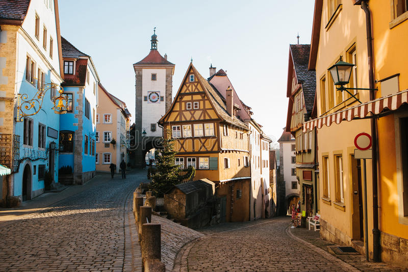 Una calle hermosa en el der Tauber del ob de Rothenburg con las casas hermosas en estilo alemán durante los días de fiesta de la  foto de archivo
