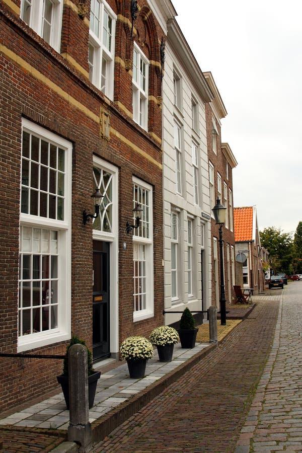 Una calle holandesa típica en Heusden, los Países Bajos imágenes de archivo libres de regalías