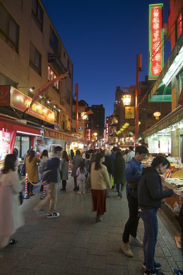 Una calle muy transitada de Chinatown de Kobe en la noche fotografía de archivo libre de regalías