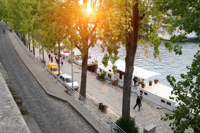 Una calle parisiense típica, el terraplén del río el Sena imagenes de archivo