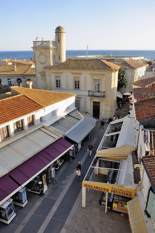 Una calle peatonal del Saintes-Maries-de-la-Mer fotos de archivo libres de regalías