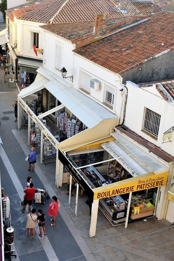 Una calle peatonal del Saintes-Maries-de-la-Mer foto de archivo