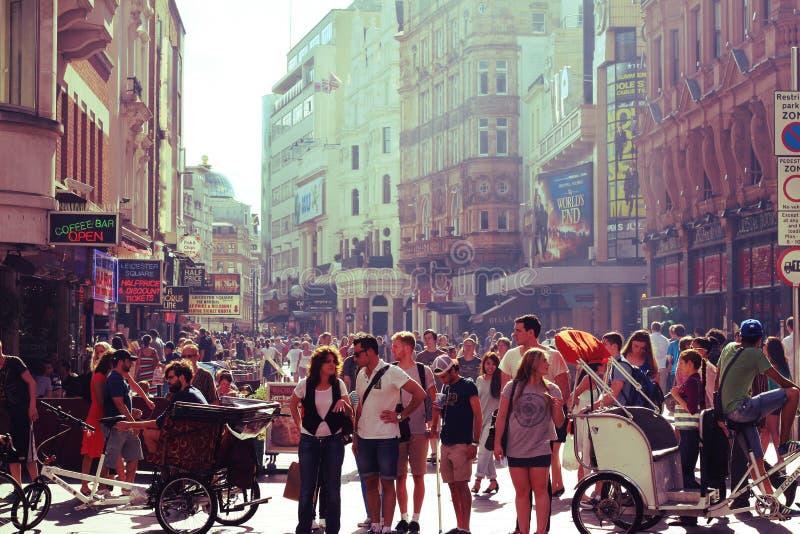 Una calle que apresura en Londres imagenes de archivo