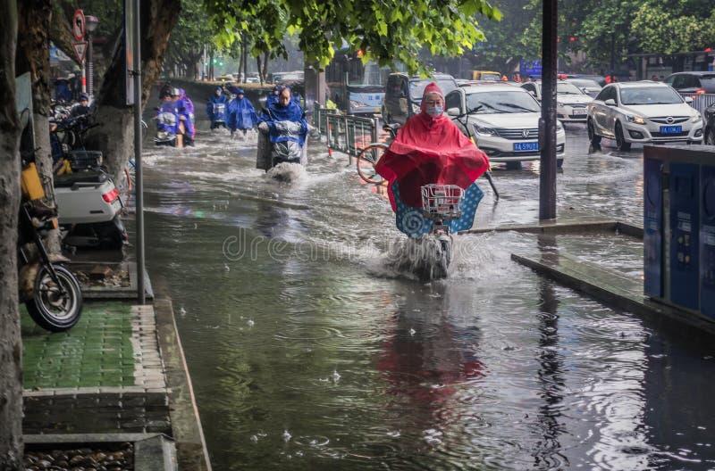 Una calle que ha acumulado el agua después de un temporal de lluvia foto de archivo