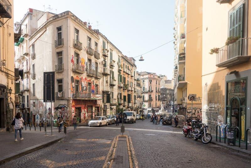 Una calle soleada en Nápoles fotos de archivo