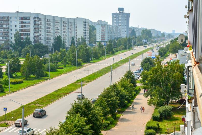 Una calle verde espaciosa en el distrito de la nueva ciudad ulyanovsk foto de archivo libre de regalías