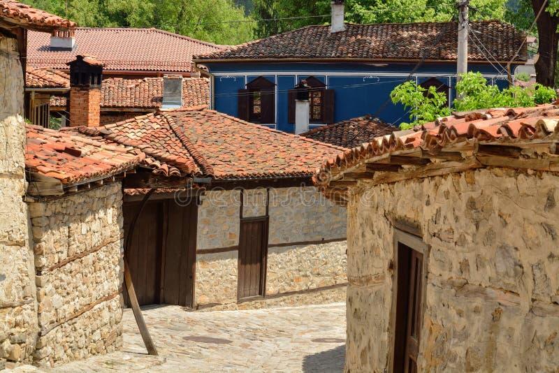 Una calle vieja tradicional en Koprivshtitsa Bulgaria, del tim fotos de archivo libres de regalías