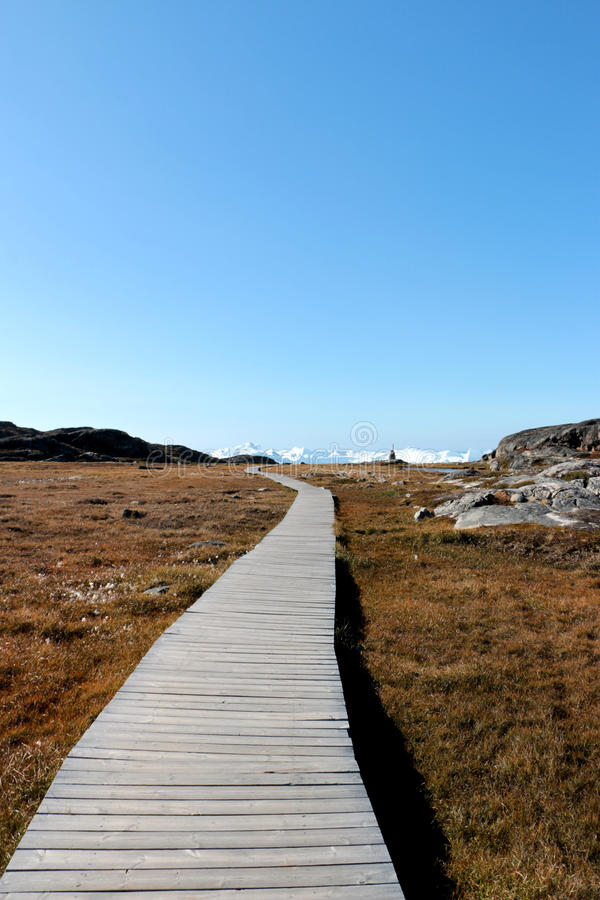 Una calzada de madera hacia jakobshavn del fiordo del hielo de Ilulissat cerca de Ilulissat en verano fotos de archivo libres de regalías