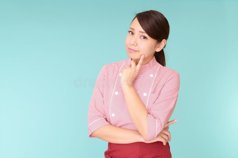 Una camarera asiática joven cansada fotos de archivo libres de regalías