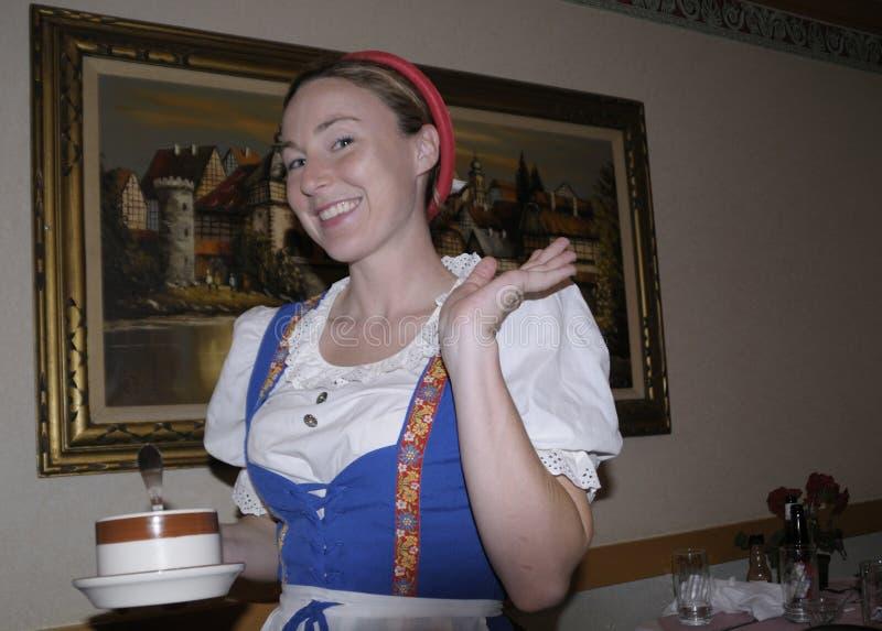 Una camarera sonriente en el restaurante de los enders imágenes de archivo libres de regalías