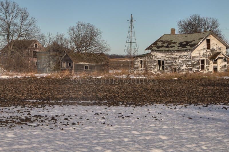 Una Camera abbandonata dell'azienda agricola nel paese agricolo del Sud Dakota rurale perde contro agli elementi fotografia stock