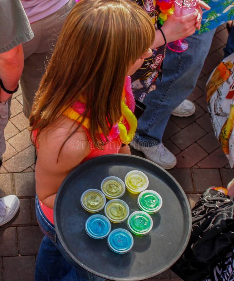 Una cameriera di bar dai capelli rossi porta il vassoio di colpi del jellow - vista superiore Kansas City Mo U.S.A. 5 maggio 2011 immagini stock