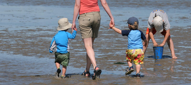 Una caminata en la playa foto de archivo