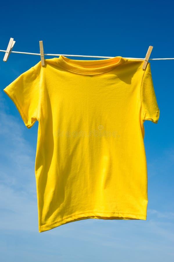 Una camiseta amarilla imágenes de archivo libres de regalías