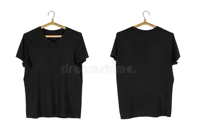 Una camiseta negra cuelga en una suspensión de madera Cierre para arriba Aislado en el fondo blanco imagen de archivo