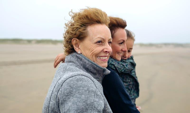 Una camminata femminile di tre generazioni sulla spiaggia immagini stock libere da diritti