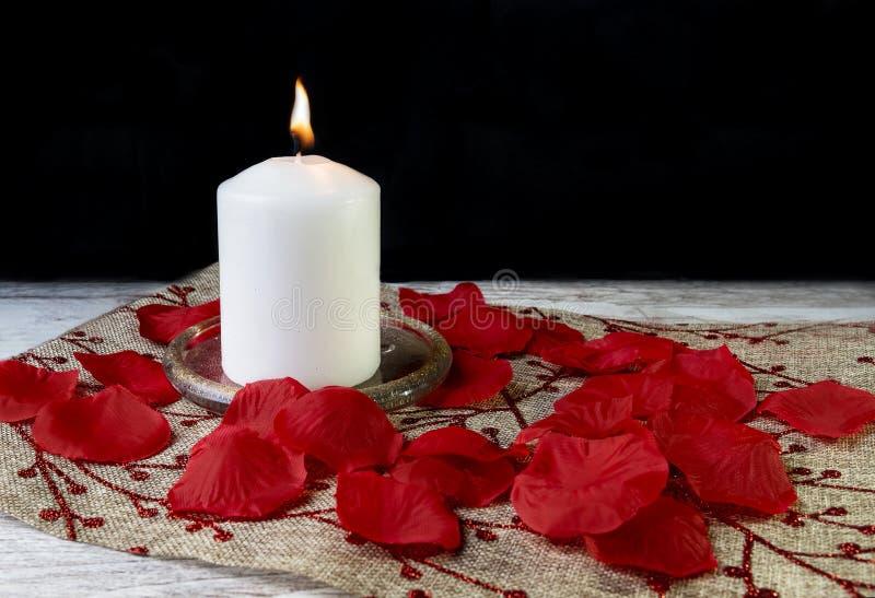 Una candela bianca su fondo rustico fotografie stock libere da diritti