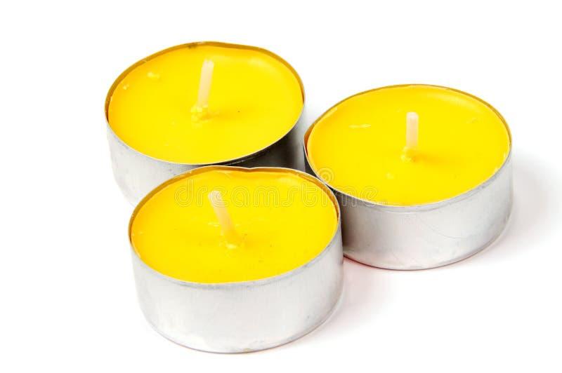Una candela bruciante su fondo bianco con fotografia stock libera da diritti