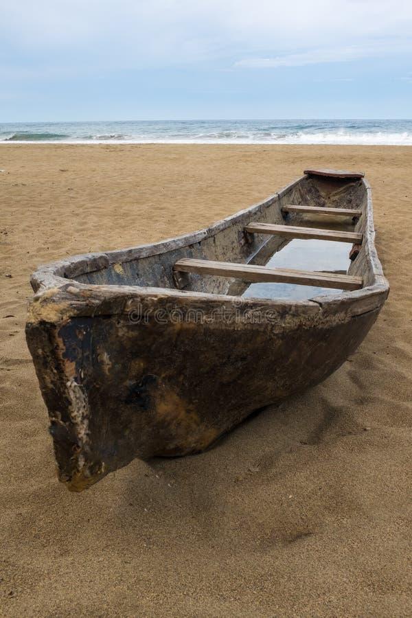 Una canoa di riparo tradizionale rustica che si siede sulla spiaggia a Puerto Viejo de Talamanca in Costa Rica immagini stock