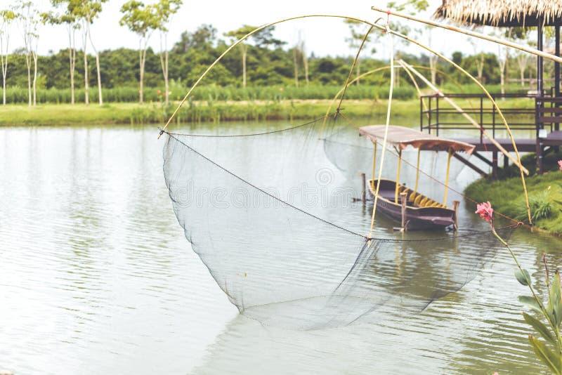 Una captura de pescados, trampas de los pescados, pescadores usando redes cuadradas de los grande-tamaños llamó Yo para coger pes fotos de archivo libres de regalías