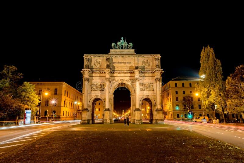 Una captura del Siegestor en la noche, Munich foto de archivo