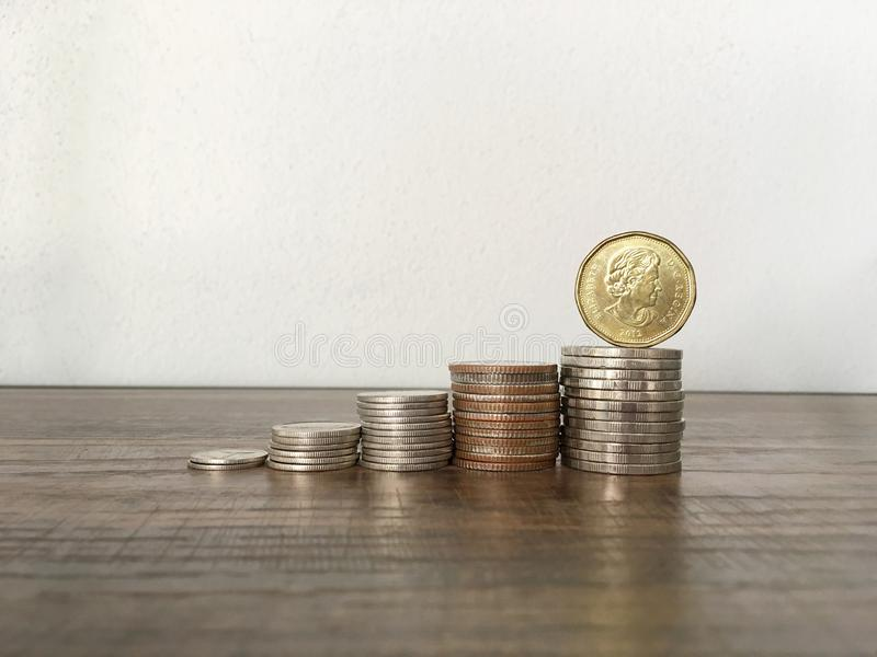 Una cara de la vuelta de la moneda en las monedas que apilan para el ahorro o el negocio crece el ƒ del ¹ del conceptà fotografía de archivo libre de regalías