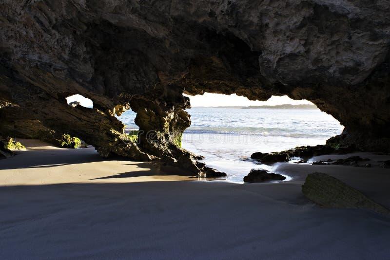 Una característica de la piedra caliza en la playa fotos de archivo