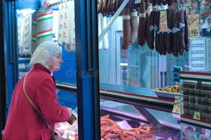 Una carne d'acquisto della signora anziana non identificata immagine stock libera da diritti
