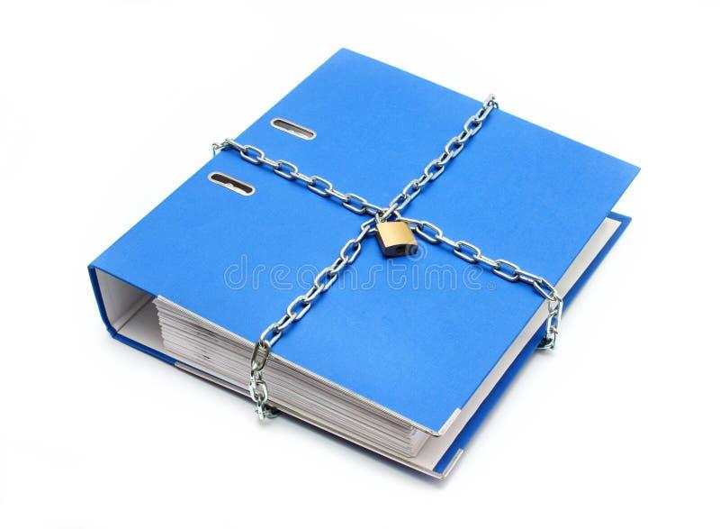 Una carpeta de fichero con el encadenamiento y el candado se cerró imágenes de archivo libres de regalías