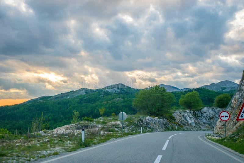 Una carretera de asfalto de la bobina está situada cerca de Zabljak imagenes de archivo